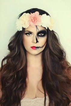 Halloween make-up ideas for women: How to really scare .-Halloween Schminkideen für Damen: So erschrecken Sie richtig! Wow, that& a great Halloween make-up. Half scary and the other half beautiful. A real eye-catcher. up makeup - Skeleton Makeup Half Face, Half Skull Makeup, Halloween Makeup Sugar Skull, Cool Halloween Makeup, Day Of The Dead Makeup Half Face, Half Face Makeup, Sugar Skull Makeup Easy, Skull Candy Makeup, Candy Skulls
