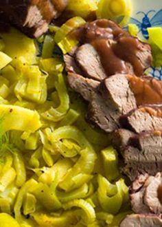 Lombinho de porco sobre cama de legumes e marmelos