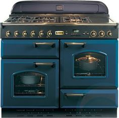 This Rangemaster Classic Regal Blue with Brass Trim Gas Range Cooker with stylish Regal Blue with Brass Trim finish looks great in any home. Gas Oven, Stove Oven, Kitchen Stove, New Kitchen, Vintage Kitchen, Kitchen Appliances, Aga Stove, Vintage Appliances, Four Piano