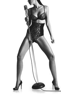 Soutien-gorge bandeau, un modèle offrant un décolleté de forme corbeille grâce à des coques en dentelle moulée. Le dos amovible avec agrafes sur les côtés permet de choisir entre un dos transparent ou en dentelle. Ce bandeau propose une multitude de positions de bretelles.