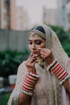 Trend Alert : Seashell Jewelry That's A Mix Of Style & Class For The Modern Bride! Indian Bridal Outfits, Indian Bridal Fashion, Wedding Couple Poses Photography, Indian Wedding Photography, Bridal Chuda, Designer Sarees Wedding, Indian Photoshoot, Bridal Bangles, Asian Bride