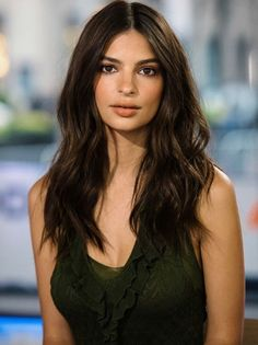 Deborah Praha - Emily Ratajkowski medium length hair and soft curls hair style - Medium Long Hair, Long Wavy Hair, Dark Hair, Medium Hair Styles, Short Hair Styles, Soft Curls For Medium Hair, Medium Length Hair Curled, Thin Hair, Side Braid Hairstyles