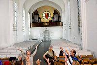 Hvis ikke du står for noget, kan du falde for alt. Hver fjerde dansker vil have mere yoga, dans og healing i kirken | Kristeligt Dagblad