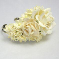 Cremehvidt blomsterarmbånd - unika smykker fra Cloudcake - Cloudcake