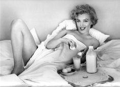 MarilynMonroe foi uma das celebridades americanas mais famosas de todos os tempos, era atriz, cantora e modelo, o que acabou fazendo dela um simbolo sexua