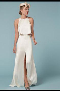 Seda para playa o ciudad Crop top y falda de seda de Reformation. La sencillez de su tejido y su diseño hace que sea perfecto tanto para una boda en la playa como para la ciudad.
