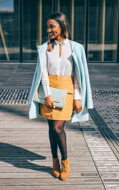 Look romantique : Manteau bleu pastel, chemisier col bijoux , jupe en suedine camel// Romantic look : Light blue coat, jewel  collar , suede skirt