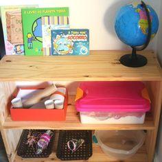 O tema da semana foi sobre cuidados com o nosso planeta - Reciclagem  Na estante deixei um globo alguns livros e brinquedos super simples que criei com coisas que temos em casa.  Os livros escolhidos foram: - Dudu e a caixa - O livro do planeta terra - Gigi e a tartaruguinha - A Terra pede socorro  Deixei disponível a mesma caixa sensorial da outra semana a caixa com farinha mas dessa vez deixei junto um borrifador com água para ela brincar com água e farinha. Também teve na estante uma…