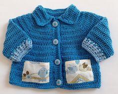 Casaco crochê de linha com bolsinhos no Crotchet Patterns, Crochet Baby, Kids Fashion, Popular, Knitting, Sweaters, Fashion Trends, Purple Trench Coat, Crochet Coat