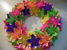 Linda guirlanda de flores coloridas para animar e decorar sua casa e sua vida.!!  Uma guirlanda de flores de origami pode ser usada tanto na época do natal, e durante o ano inteiro. Combina com a época de Primavera e Verão pela variedade das cores!  Pode ser usada numa varanda de jardim, no hall ...