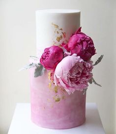 Bright wedding cake idea for a spring wedding - Inspiration - Cake Design Beautiful Wedding Cakes, Gorgeous Cakes, Pretty Cakes, Modern Wedding Cakes, Amazing Cakes, Bolo Floral, Floral Cake, Patisserie Fine, Cake Trends