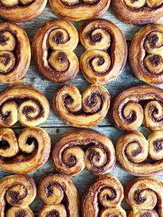Wienerbrød-snegler #sjokolade #chocolate #danish #pastry #pastries #wienerbrød #søtgjærbakst #gjærbakst #bakst #baking #oppskrift #recipe Lego Ww2, Onion Rings, Beautiful Cakes, Sweets, Ethnic Recipes, Deserts, Baking, Food, Table