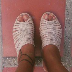 Zapatos hechos a mano Crochet Sandals, Crochet Shoes, Crochet Slippers, Wedge Sandals, Shoes Sandals, Slipper Sandals, Comfortable Sandals, Shoe Game, Crochet Patterns