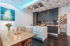 Påkostat kök med inbyggd belysning & fläkt i taket
