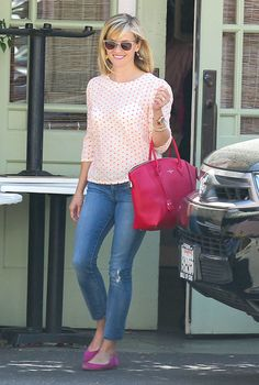 The Ultimate Guide to Reese Witherspoon's Sweet Style Witherspoon was a vision in pink donning a polka-dot Anthropologie blouse, suede flats, and a brilliant Louis Vuitton tote in Santa Monica. Reese Witherspoon Style, Reese Witherspoon Weight, Resse Witherspoon, Preppy Mode, Prep Style, Casual Outfits, Fashion Outfits, Fashion Advice, Fashion Photo