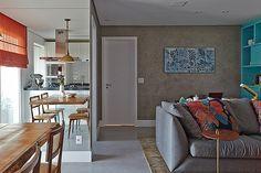 Living | O piso de tecnocimento, da NSBrazil, na D. Revestimentos, e a pintura especial das paredes, feita pela Eccellenze Italiane, usam a cor cinza, assim como o sofá da Clami. Tecido da Farm, na JRJ, está nas almofadas. Também da Clami, é a mesa lateral de Jader Almeida. Tapete da By Kamy e quadro da Arterix (Foto: Victor Affaro/Casa e Jardim)