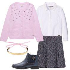 Un outfit elegante, composto da gonna blu, in fantasia, mossa da pieghe, abbinata a camicetta bianca Pepe Jeans in cotone, perline applicate al colletto. Cardigan rosa, motivo di strass, scollo tondo, tasche, stivaletto blu, in fintapelle, fibbia decorativa, elastici, bracciale rigido dorato, con laccetti in tessuto rosa.