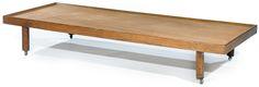 Tajan - CHARLOTTE PERRIAND (1903-1999) & STEPH SIMON Banquette lit de repos à structure en chêne reposant sur des roulettes, piétement cylindrique, larges tasseaux formant ceinture profilée à la partie supérieure pour accueillir le matelas