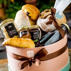 """154 curtidas, 8 comentários - Julice Boulangère (@juliceboulangere) no Instagram: """"Procurando um presente inusitado? Nossas cestas de café da manhã vem com pães artesanais da Julice,…"""""""