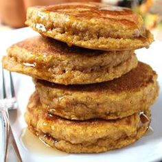 Pumpkin Oatmeal Pancakes - I love pumpkin pancakes and I love oatmeal pancakes, so I combined the two! Oatmeal Protein Pancakes, Low Carb Pancakes, Oatmeal Pancakes, Pumpkin Pancakes, Pancakes And Waffles, Pancake Recipe Ingredients, Pumpkin Oatmeal, Oatmeal Recipes, Brunch Recipes