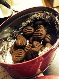 Biscoitinhos de capuccino 8 colheres de sopa de manteiga (pode ser a ghee) 1 xic chá de açúcar mascavo  1 colher de chá de canela em pó  2 colheres de sopa de cacau em pó  1 colher de sopa de café solúvel, dissolvido em 02 colheres de sopa de água  11/2 xic de farinha de aveia   Misture bem os ingredientes até a massa desgrudar das mãos. Colocar na geladeira por 30 minutos em plástico filme. Abrir a massa com rolo, cortar com cortador para biscoito ou modelar com as mãos. Leve ao ...