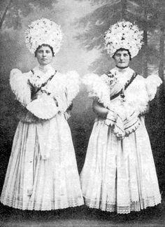 Mária-lányok kalász nélküli koszorúban, fehér ruhában. Gyertyájukat kendőjükkel fogják (Mezőkövesd, Borsod-Abaúj-Zemplén m.) Folk Costume, Costumes, Retro Pictures, Ethnic Style, World Cultures, Eastern Europe, Ethnic Fashion, Hungary, Old Photos