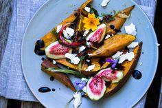 Ein Salat aus frischen Feigen, gerösteten Süßkartoffeln und Ziegenkäse