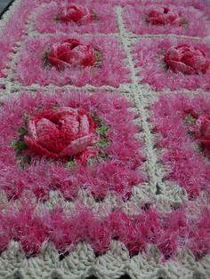 tapete rosetas: confeccionado a mão com fios nº8  cor sosa da Euro Fio e decore da Circulo, rosas confeccionada com barbante barroco mesclado. R$ 80,00