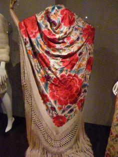 Balenciaga-collection-spanish shawl-2-