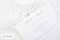 Convite estilo tradicionalcom envelope cortado à Laser com feito pela Petit Souvenir.