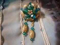 Broche cercle d'or et d'émeraude et ses suspensions : Broche par bijoux-et-creations