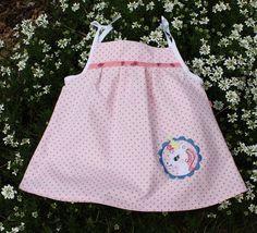 Ein zauberhaftes Kleidchen für kleine Mädchen.  Rosa Punktestoff mit Schmetterlingswebband und einer Einhornstickerei nach Tausendschön.    Dieses Bab