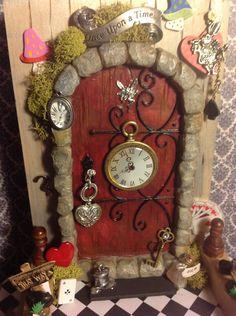Alice in wonderland fairy door! By Teresa's Fairy doors. Quite the fairy door Fairy Garden Doors, Fairy Garden Houses, Fairy Doors, Garden Gnomes, Alice In Wonderland Garden, Wonderland Party, Mini Terrarium, Fairy Village, Fairy Crafts