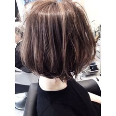 Messy brown bob with subtle highlights Short Bob Hairstyles, Hairstyles Haircuts, Hair Arrange, Regrow Hair, Edgy Hair, Hair Color And Cut, Girl Short Hair, Hair Highlights, Subtle Highlights