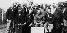 Maj 1945: obóz koncentracyjny w Gusen. Martin Poetzinger (w pierwszym rzędzie, drugi z lewej) wraz z 23 innymi ocalałymi krótko po uwolnieniu