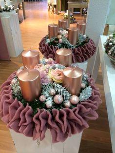 Kilka inspiracji adwentowych.   Wieniec ozdobiony świecami, to jedna z tych dekoracji,   która małymi kroczkami wprowadza do domu świą...