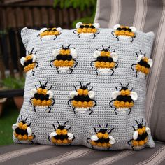 Zoë Potrac has designed these wonderful two Bee cushions perfect for your garden in the summer! Crochet Bee, Bag Crochet, Crochet Backpack, Crochet Gifts, Cute Crochet, Crochet Granny, Crochet Cushion Cover, Crochet Cushions, Cushion Covers