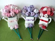 Regador(vaso) em MDF pintado contendo 30 Lápis com Ponteira de Tulipa em Tecido, Lacinho de Fita de Cetim e Tag de Agradecimento! Confeccionado em Quaisquer Cores! Podem ser flores de tecidos variados ou uma única cor, você escolhe! Encomende já o seu! R$ 80,00