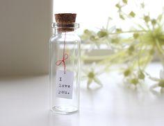 muttertagsgeschenke message-amour-bouteille - cadeau d& Cheap Gifts, Easy Gifts, Diy Cadeau, Bottle Charms, Bottle Bottle, Message In A Bottle, Love Messages, Diy Flowers, Holiday Gifts
