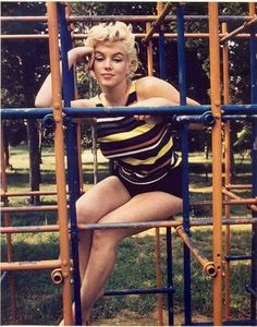 "summers-in-hollywood: ""Marilyn Monroe in a playground by Eve Arnold, 1955 "" Marylin Monroe, Fotos Marilyn Monroe, Divas, Actrices Hollywood, Richard Avedon, Norma Jeane, Brigitte Bardot, Fashion Weeks, Old Hollywood"