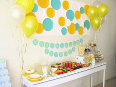 "The bubble backdrop in this ""She's About to Pop"" #babyshower is actually painted paper plates."