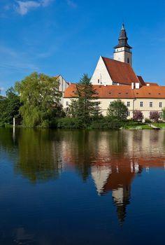 Telč Church by the Pond ~ Moravia, Czech Republic Beautiful Forest, Beautiful Places, Famous Saints, Famous Castles, Central Europe, Place Of Worship, Montenegro, Resort Spa, Munich