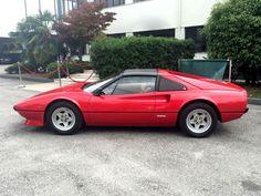 Ferrari 308 GTS I uit 1982  GEGEVENS Merk: Ferrari Type: 308 GTS I VIN: ZFFHA02B000041011 Registratie: Italiaans Jaar: 1982 Kilometerstand: 83 000 km Kleur buitenkant: Rosso Corsa (officiële rood) Kleur interieur: Beige Versnellingsbak: handgeschakelde 5-versnellingen + achteruit Motornummer: 01254 Motor type: F 106 B Cilinderinhoud: 2927 cc - 8-cilinder kW / pk: 208 pk Deuren: 2 Zitplaatsen: 2  BESCHRIJVING Ferrari prachtig in elk detail, origineel en vlekkeloos, net als elke Cavallino…