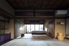 深みのある木目が美しい寝室(古民家の家/Traditional Japanese House with Modern Interior) - ベッドルーム事例|SUVACO(スバコ)