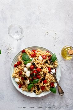 Guess what your favorite Summer lunch will be from now on? You guessed it right: this delicious, easy and fresh mediterranean pasta salad! Good Healthy Recipes, Clean Recipes, Healthy Meals, Healthy Food, Mediterranean Pasta Salads, Mediterranean Recipes, Crockpot Lunch, Pasta Recipes, Diet Recipes
