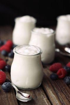 How-to Make Coconut Milk Yogurt - Tasty Yummies .[also coconut milk] Make Coconut Milk, Coconut Milk Yogurt, Dairy Free Yogurt, Vegan Yogurt, Coconut Cream, Siggis Yogurt, Yogurt Popsicles, Yogurt Smoothies, Yogurt Recipes