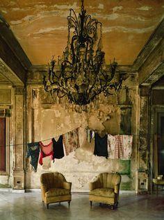 Die Wäsche hängt zum trocknen im Salon.