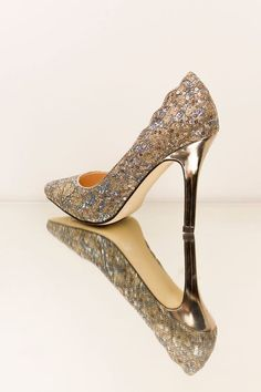 Who wants to strut stylishly into the weekend with these gorgeous #Alexis heels in champagne?