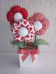 Ideas Hogar : The Effective Pictures We Offer You About DIY Fabric Flowers wall art A quality picture can tell you many things. You can find the most beautiful pictures that can be presented Felt Flowers, Diy Flowers, Fabric Flowers, Paper Flowers, Felt Crafts, Fabric Crafts, Sewing Crafts, Sewing Projects, Hobbies And Crafts