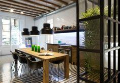 Localizado em um prédio que data do ano de 1900, este apartamento prioriza liberdade de estilos e bom gosto. #decor #interiordesign
